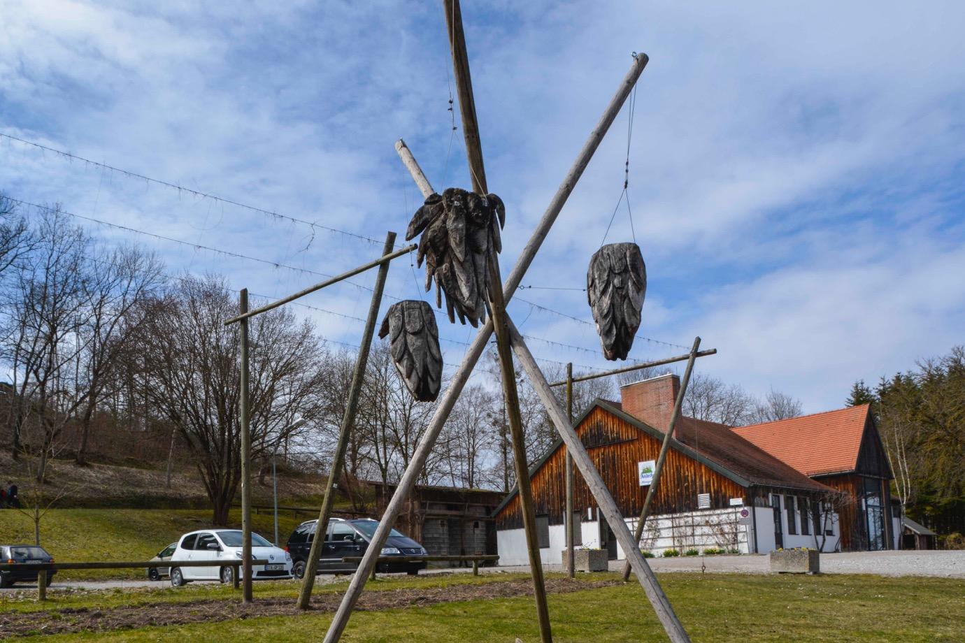ミュンヘン郊外に祀られる木で作られたホップ
