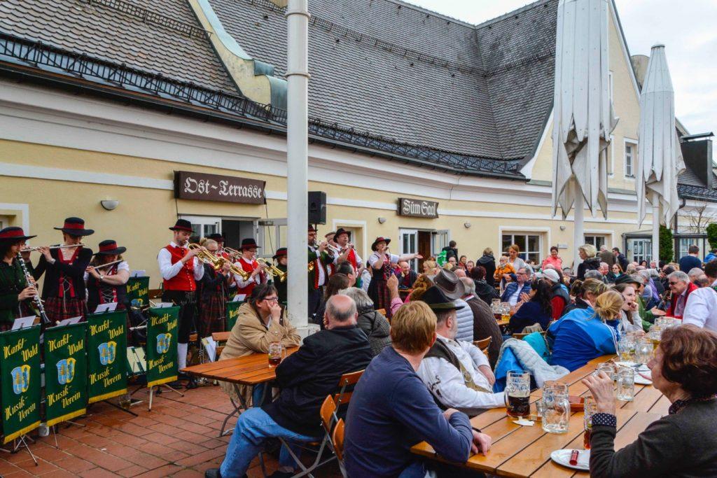 ミュンヘン郊外のビアガーデンでコンサートを観るお客さん達